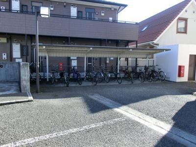 屋根つきの駐輪場で雨が降っても大切な自転車が濡れなくてすみますね♪駅から自転車もおすすめです!