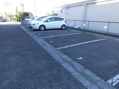 いつでも目の届く敷地内に駐車場があります♪お車をお持ちの方におすすめです!