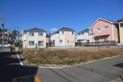 藤沢本町駅から徒歩13分☆駅まで平坦道のりで、整形地・角地もある分譲地です☆南道路・東道路で全区画120㎡以上(約36坪以上)道路の幅員も南6m・東4mと車も楽々ですよっ☆