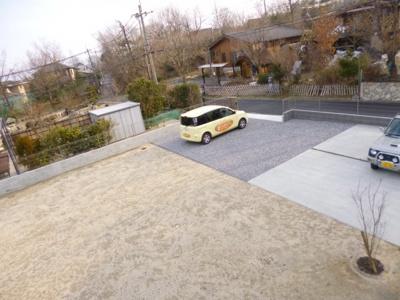 ゆとりのある駐車スペース、外構・門塀はリフォームされています