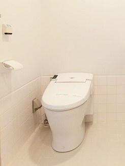 バスルームにあるトイレです☆お風呂・洗面所と一緒で水回りのお掃除が一気にできちゃいますね!日々のお掃除もラクラク♪冬に特に嬉しい暖房便座機能も完備☆