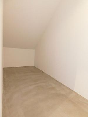 洋室16.8帖にある収納スペースです☆奥行きのある収納スペースで荷物の多い方も安心の収納力!