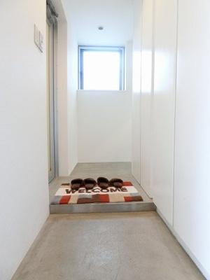 玄関から室内への景観です♪右手にシューズボックス、左手にはバスルームがあります☆