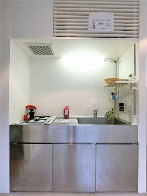 オシャレなデザインのキッチンです☆場所を取るお鍋やお皿もすっきり収納できてお料理がはかどります!