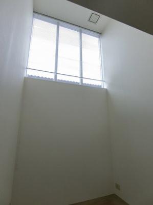 南東向き洋室16.8帖の窓は上部にあります!すがすがしい朝日がお部屋に入ってきそうですね☆