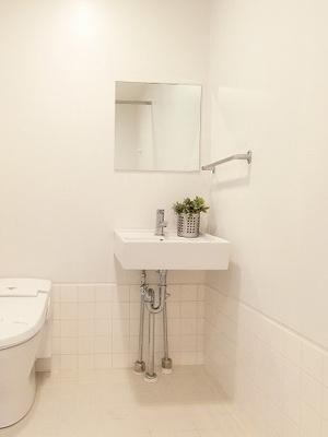 あると嬉しい洗面台です!鏡があるのでお化粧するときにも大活躍☆横にはタオルを掛けられるハンガーもあります♪