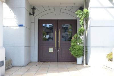 扉もお洒落♪オートロック付きマンションなので防犯面も安心です(^◇^)