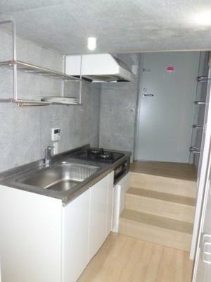 清潔感のあるシステムキッチンです!場所を取るお鍋やお皿もすっきり収納できてお料理がはかどります♪※参考写真※