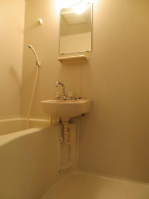 お風呂に鏡があります。