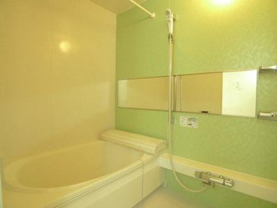 お風呂は追い焚き給湯です 浴室乾燥機も付いています