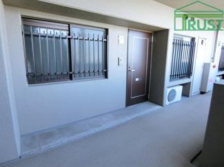 室外機置場のある玄関です。 洋室にエアコンが設置できます。