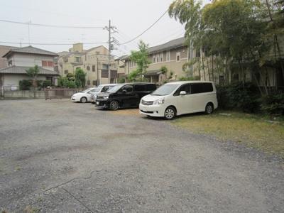 いつでも目の届く敷地内に駐車場があります♪荷物がかさばりがちなお買物にも、車があると便利ですよね☆