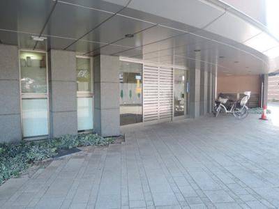 京急本線「神奈川新町」駅徒歩6分と好立地。JR京浜東北線・根岸線/横浜線「東神奈川」駅徒歩15分。