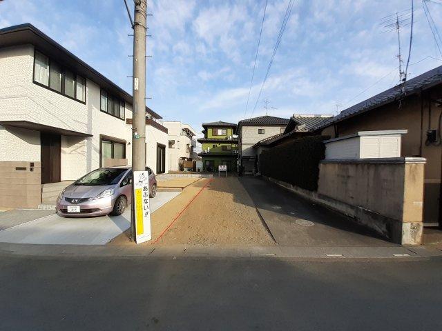 間口は2.5mです。一般的なスーパーなどの駐車場幅位ですね。前面道路が6m幅なので、駐車しやすいです。