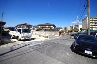 2号棟 前面道路含む現地(2018年02月)撮影 前面道路は広々8m。 道路の舗装がしっかりとされているのでベビーカーや自転車も快適に通行が可能。