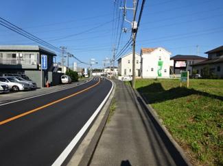 四街道市もねの里3 土地 物井駅 スーパーや飲食店が建ち並ぶ通り沿いですが歩道があるので安心できます♪