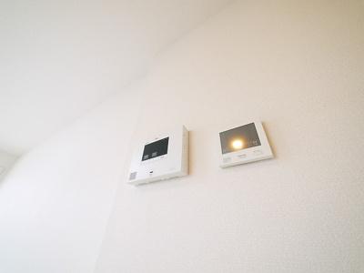 室内から相手の確認ができて安心のモニターホン完備