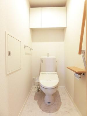 人気のシャワートイレ・バストイレ別です♪トイレが独立していると使いやすいですよね☆小物を置ける便利な棚やタオルハンガー、手すりも付いています♪