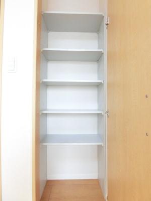 リビングダイニングキッチンにある収納スペースです!高さがある収納スペースでかさ張るお荷物もすっきり!