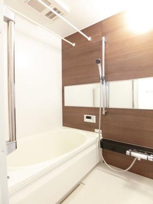 追焚機能・浴室暖房乾燥機付きバスルーム♪雨の日のお洗濯にも便利な物干しバー完備です!ゆったりバスタイムでリラックス☆