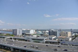 バルコニーからの眺望です。海を感じるロケーション。
