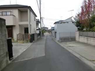 前面道路の南側から撮影。向かって左側が物件です。