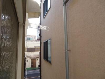 杉浦アパート 和室6帖の窓からの眺望 西向きです。 こちらに物干しがあります。