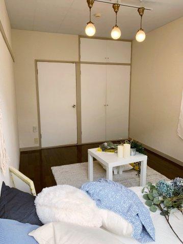 クローゼットのある南向き洋室6帖のお部屋です!お洋服の多い方もお部屋が片付いて快適に過ごせますね♪