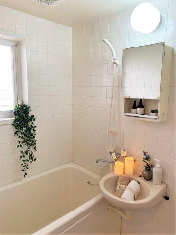 バスルームは洗面台付きの2点ユニットです♪小窓があるので湿気がこもりにくくて良いですね☆お風呂に浸かって一日の疲れもリフレッシュ♪