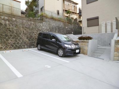 いつでも目の届く敷地内に駐車場を完備しています♪荷物がかさばりがちなお買物にも、車があると便利ですよね☆