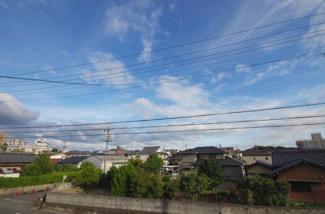 現地からの眺望(2018年8月)撮影 周りに高い建物がないうえに前面道路が広々としているので広い空を望めます。