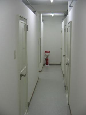 廊下、各個室のドアです。 ゲストハウス セーヌ錦糸町