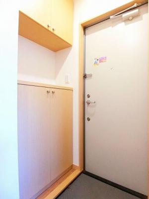 玄関のシューズボックスは上下タイプ!間のスペースは飾り棚や小物置き場として活用できます♪