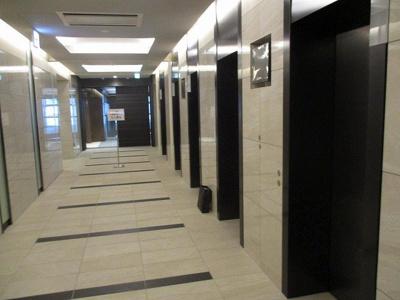 広々したエレベーターホールです♪エレベーターが複数設置されているので、28階まで快適に上がれます☆