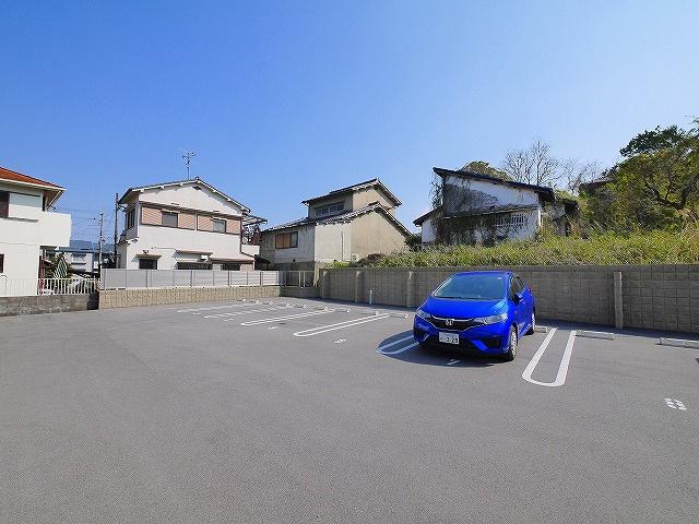 敷地内駐車場です。空きはご確認下さい。