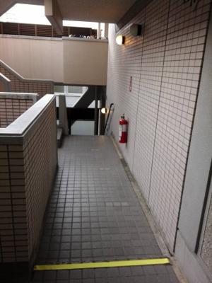9階 エレベーターホールからお部屋に向かう通路 スキップフロアになっています。プライベート感覚があってよい反面、お年寄りやベビーカーをもっての移動にはあまり向いていません。