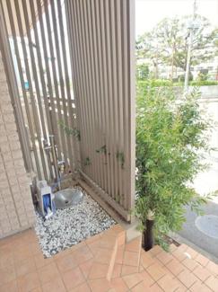 エントランスには共用水栓があります。