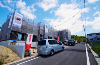 1号棟 前面道路含む現地(2018年05月)撮影 1~3号棟は南東幅員6mの公道沿い。 道路の舗装がしっかりとされているのでベビーカーや自転車も快適に通行が可能。