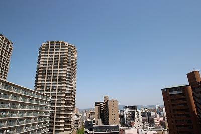 物件からの眺望になります。11階なので見晴らしがよく気持ちいいですね♪周りにもマンションが多数あるので、お友達もできそうですね!