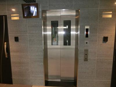 エレベーターにも防犯カメラが設置されています。