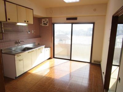ベランダ側のキッチンは明るい日差しが入ります。