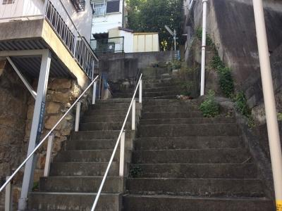 少し急な階段があります