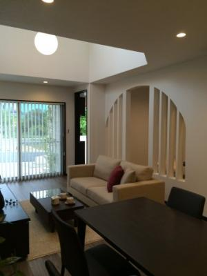 シンプルでお洒落な外観!木目調の外壁が新しいですね♪外壁は約30年メンテナンスフリーの外壁材が標準仕様!!当社施工例です!