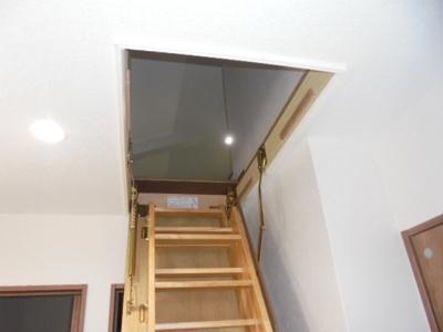 廊下から屋根裏部屋に上がれます。