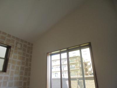 勾配天井のおしゃれな寝室です
