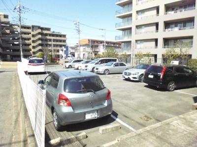 いつでも目の届く敷地内に駐車場を完備しています♪お車を使う業種の方にもオススメです☆