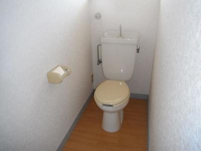 窓があり明るい水洗トイレです。