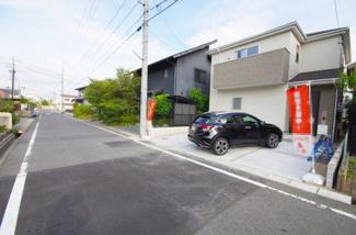 1号棟 前面道路含む現地(2018年8月)撮影 前面道路幅員6m、道路の舗装がしっかりとされているので ベビーカーや自転車も快適に通行が可能です。