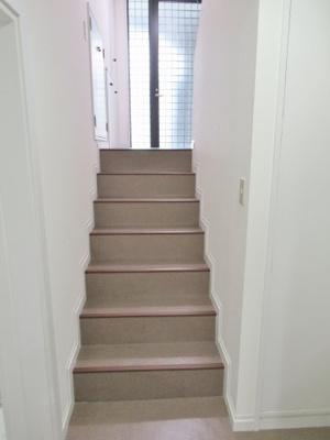 B1階から1階の玄関へ