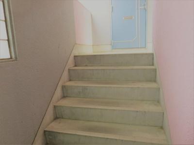 階段の先に101号室の玄関があります。